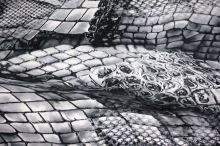 Satén snake strieborno-biely, š.150