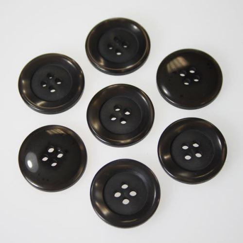 Gombík šedohnedý K36-16, priemer 23 mm.