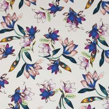 Bavlna biela, modro-fialové kvety, š.145