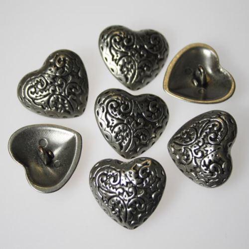 Gombík strieborný K0-1, srdce, priemer 28 mm.