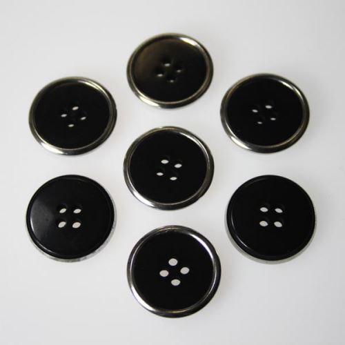 Gombík čierny s kovovým okrajom K36-7, priemer 22 mm.