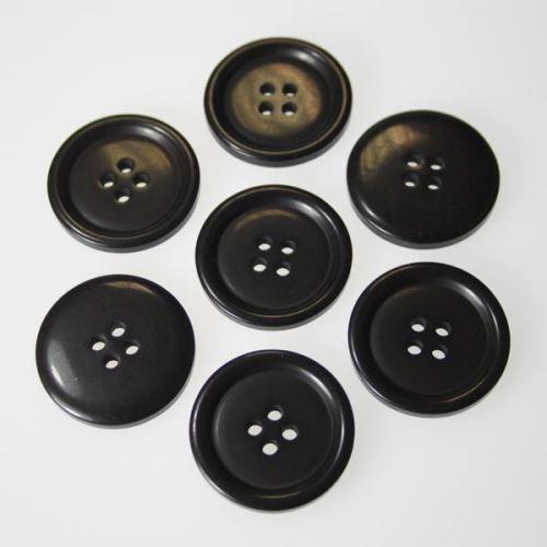 Gombík čiernohnedý K44-3, priemer 28 mm.
