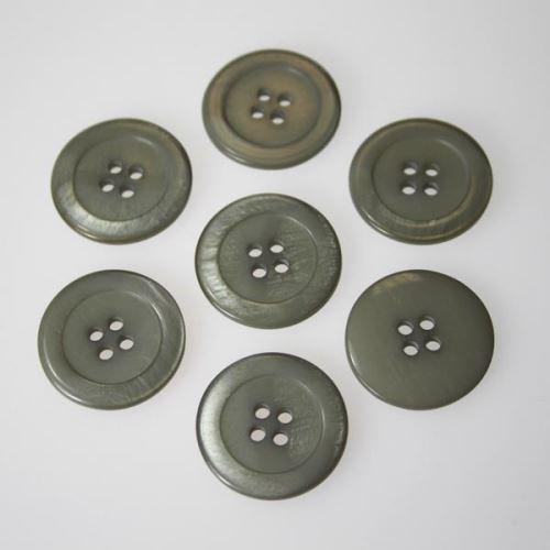 Knoflík světle šedý K36-1, průměr 23 mm.