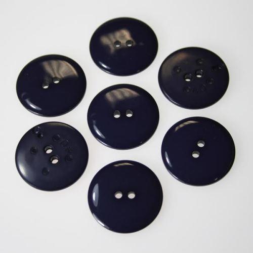 Knoflík tmavě fialový K40-4, průměr 25 mm.
