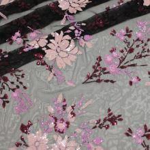 Vyšívaný tyl čierny, ružovo-fialová flitrové výšivka, š.130/140