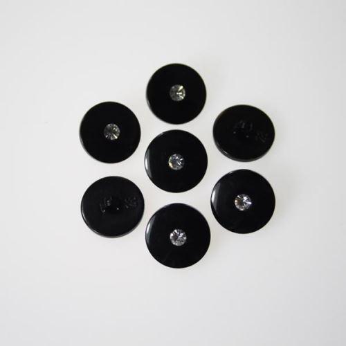 Knoflík černý s kamínkem K28-8, průměr 18 mm.