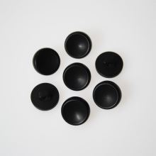 Gombík čierny K24-8, priemer 14 mm.