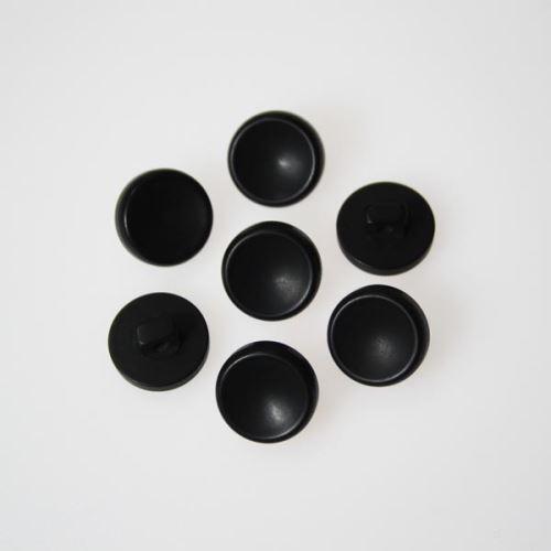 Knoflík černý K24-8, průměr 14 mm.