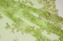 Tyl zelený s výšivkou a čipkovanými okrajmi, š.130