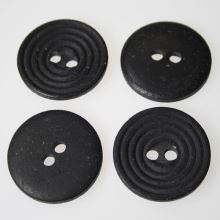 Gombík čierny K60-2, priemer 38 mm.
